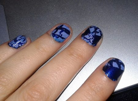 Crackled nail art