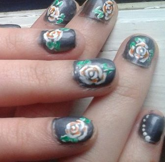 Nail art rose stilizzate