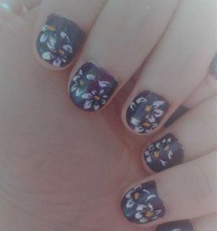Zhostovo daisies nails