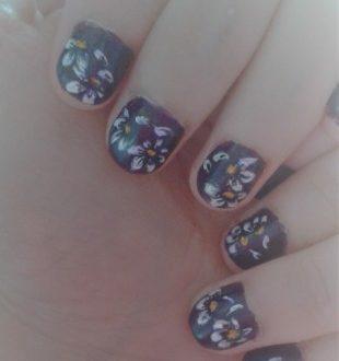 Zhostovo daisies nails