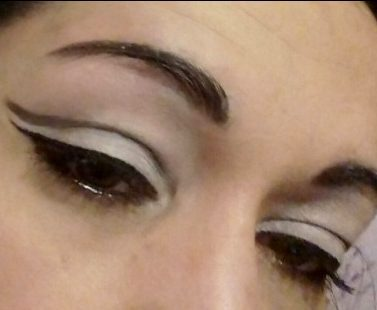 Graphic blanck and white makeup