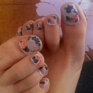 Flowers and blackberries toenails