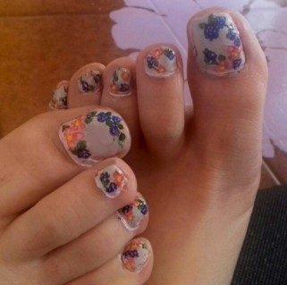 Flowers and blackberries toenails