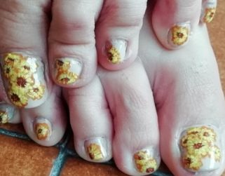 Sunflowers toenails