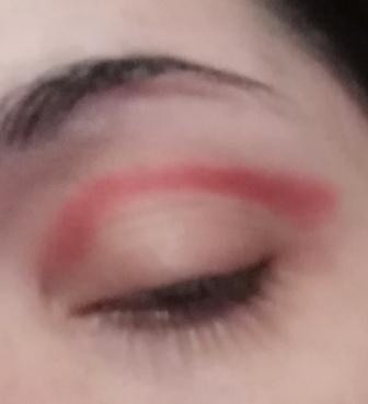 rosso sulla piega dell'occhio
